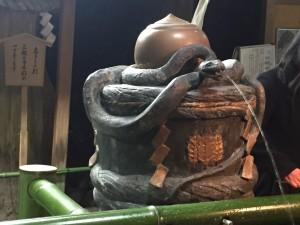 ヘビの手水